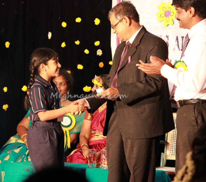 meghna-receiving-prize-from-sr-principal-Velammal-international-school